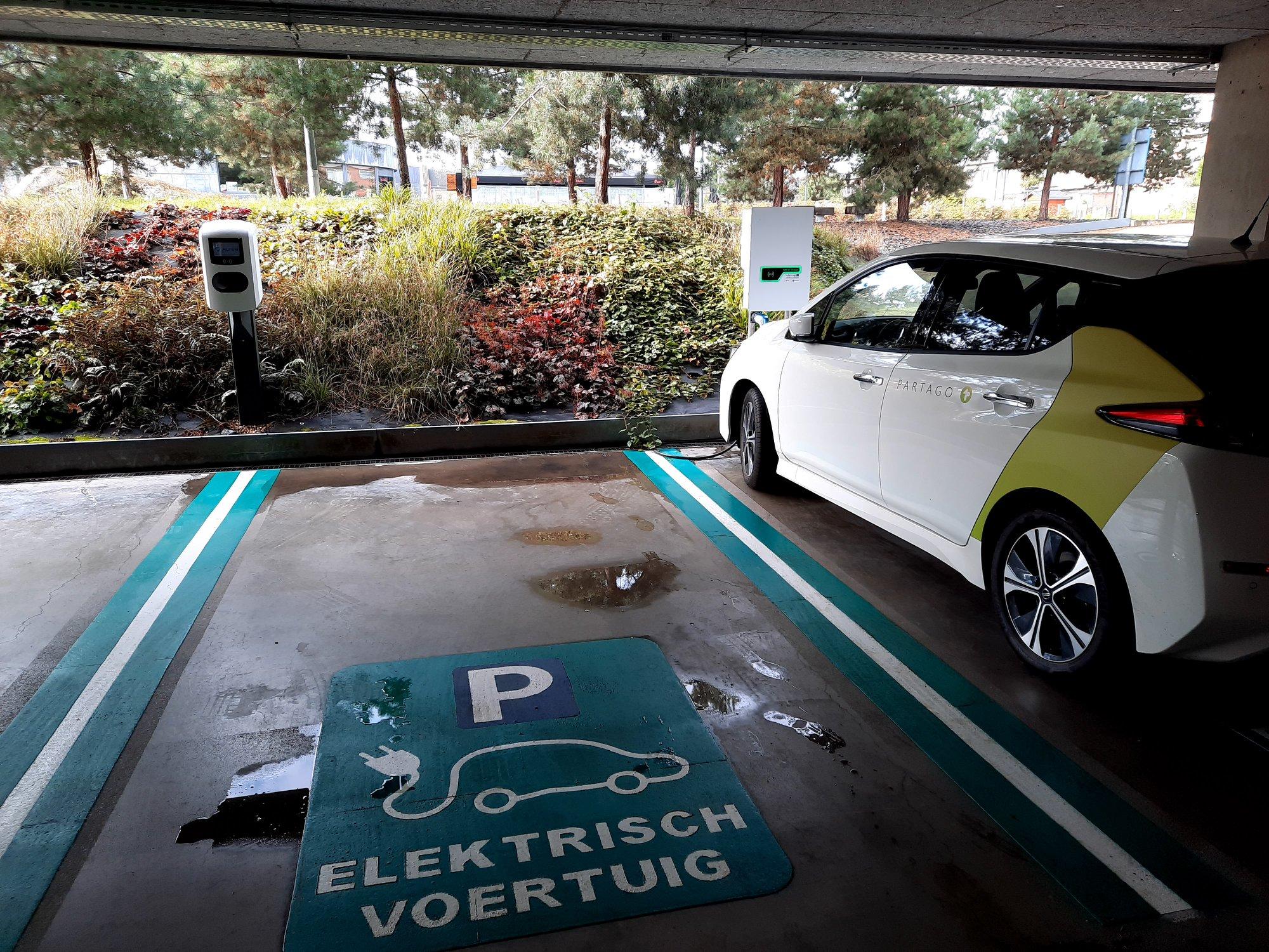 Een parking met deelauto's, deel uitmakend van de Green Deal gedeelde mobiliteit