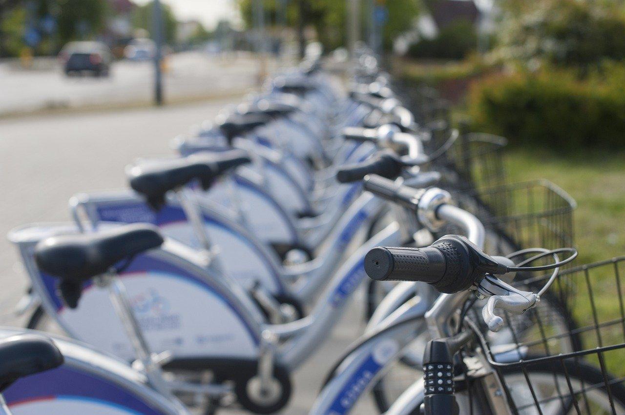 Een rij deelfietsen, deel uitmakend van de Green Deal gedeelde mobiliteit