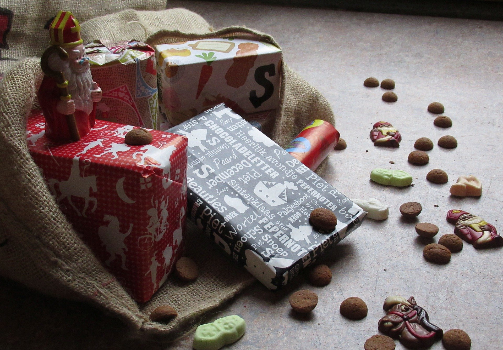 Een zak vol pakjes en lekkers voor Sinterklaas