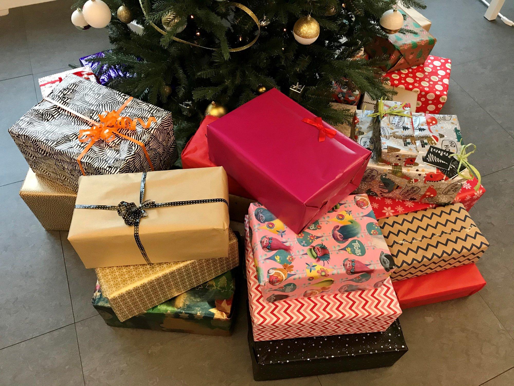 Heerlijke pakjes onder de kerstboom van IGEMO voor vzw De Keeting
